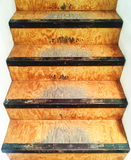 Gammal och sjaskig trätrappuppgång Arkivbild