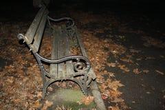 Gammal och skadad träbrun bänk Royaltyfri Foto