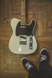 Gammal och sliten retro gitarr Royaltyfria Foton