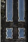 Gammal och sliten, svart och blå dörr Royaltyfri Foto