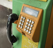 Gammal och smutsig mynttelefon Royaltyfria Foton