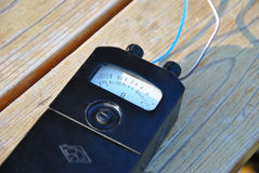 Gammal ohmmeter med den vita pekareindikatorn royaltyfri foto