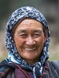 Gammal oidentifierad lokal kvinna i Leh india Arkivfoton