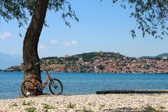 Gammal orange cykel med en härlig liggande Royaltyfria Foton