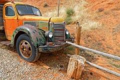 Gammal orange lastbil i ett orange landskap arkivbilder