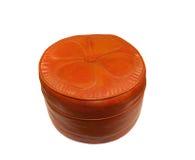 Gammal orange retro läderpuff Royaltyfri Foto