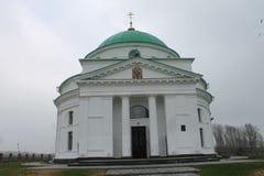 Gammal ortodox kyrka av St Nicholas på grå molnig himmel royaltyfri fotografi