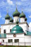 Gammal ortodox kyrka bluen clouds skyen Arkivbild