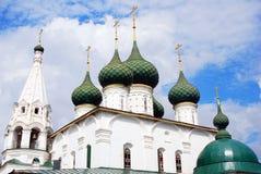 Gammal ortodox kyrka bluen clouds skyen Arkivfoton