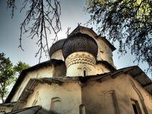 Gammal ortodox kyrka för ryss med kupoler Royaltyfria Foton