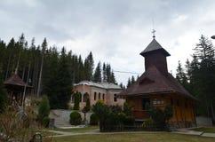Gammal ortodox wood skete i Rumänien Royaltyfria Bilder