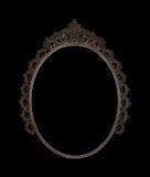 Gammal oval metall för bildramen arbetade på svart bakgrund Arkivfoto