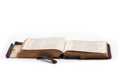 Gammal Oxford helig bibel och öppet tappningläggande Arkivbilder