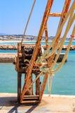 Gammal päfyllningskran i hamnen arkivbilder