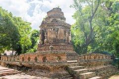 Gammal pagod med tegelstenpolen, backlit Royaltyfri Foto