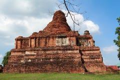 Gammal pagoda med den blåa skyen i Ayutthaya Fotografering för Bildbyråer