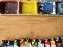 Gammal palett av vattenfärgmålarfärger Arkivfoto