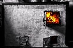 Gammal panna i huset och flammorna Royaltyfri Fotografi