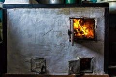 Gammal panna i huset och flammorna Arkivbilder