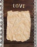 Gammal papper och ordförälskelse på den wood bakgrunden Royaltyfri Fotografi