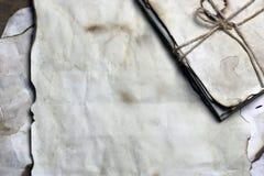 Gammal pappers- bokstavsfjäder arkivbild