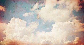 Gammal pappers- grungebakgrund för moln. Royaltyfria Bilder