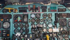 Gammal parallell cockpit av ett trafikflygplanflygplan royaltyfri fotografi