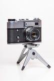 Gammal parallell kamera för klassiker 35mm på tripoden Royaltyfri Fotografi