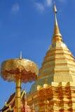 Gammal paraply och tempel Arkivbild