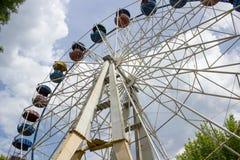 Gammal pariserhjul, ett stort gammalt hjul som surfar himlen i nöjesfältet royaltyfria bilder