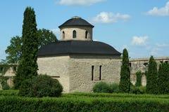 gammal park för kyrklig monk arkivbild