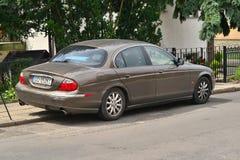 Gammal parkerad Jaguar S-typ royaltyfri fotografi