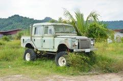 gammal parkering för Land Rover bilhaveri på lantgård i Thailand royaltyfri foto