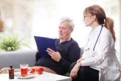 Gammal patient och kvinnlig doktor Royaltyfri Bild