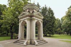 Gammal paviljong i parkera Kronvalda latvia riga Royaltyfri Bild