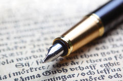 gammal penna för bok Royaltyfri Foto