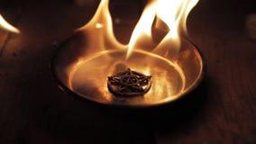 Gammal pentagrambränning i flammor stock video