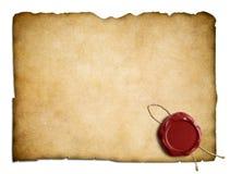 Gammal pergamentpapper eller bokstav med den röda vaxskyddsremsan royaltyfri bild