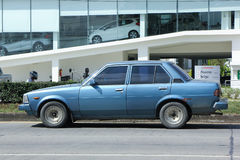 Gammal personbil, Toyota Corolla arkivbild