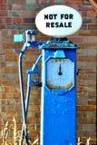Gammal petrol pumpar arkivbilder