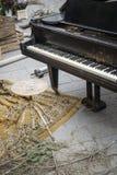 Gammal piano och plats Arkivbilder