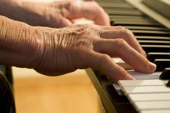 gammal pianospelare för hand Royaltyfri Fotografi