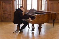 gammal pianospelare för slott Arkivfoton