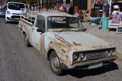 Gammal pickup parkerade tillsammans med nya medel Royaltyfri Bild