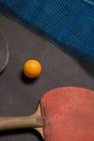 Gammal pingpongskovlar och boll Arkivbilder