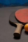 Gammal pingpongskovlar och boll Royaltyfri Fotografi