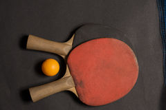 Gammal pingpongskovlar och boll Royaltyfri Foto