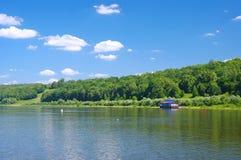 Gammal pir på en tyst flod i sommar Arkivfoto