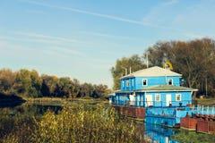 Gammal pir på flodbanken royaltyfria bilder