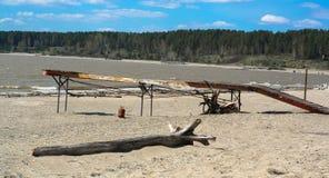 Gammal pir på stranden Arkivfoto
